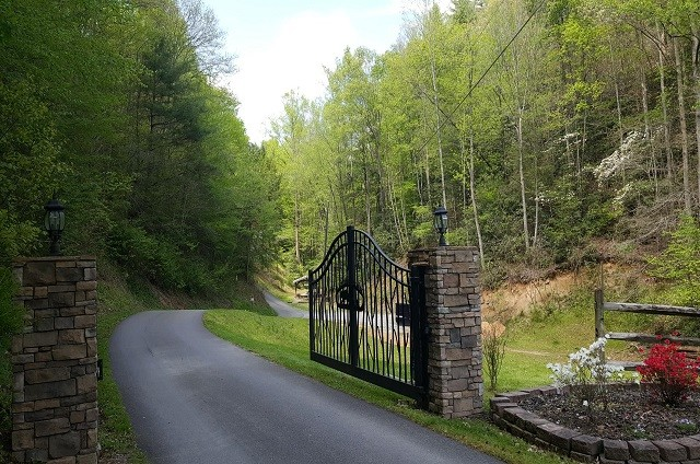 black-bear-hollow-gate