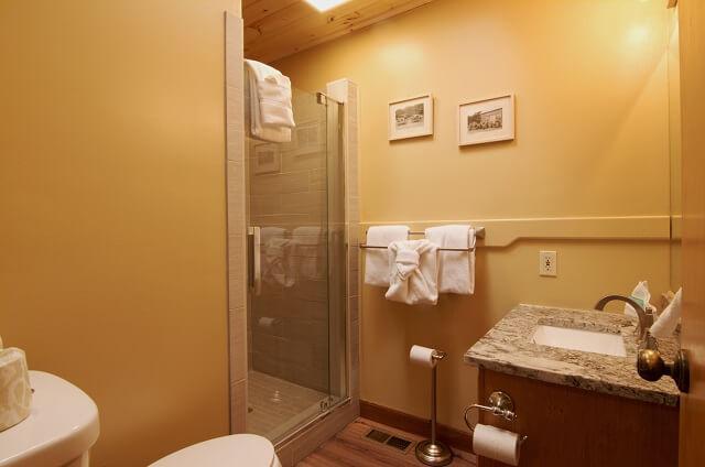 golden-view-lodge-hall-bathroom