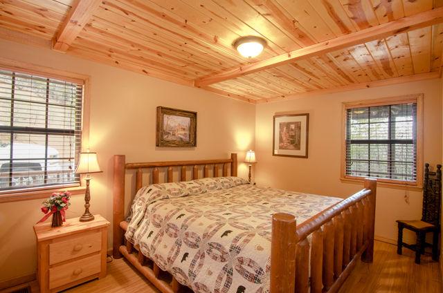 golden view lodge king bedroom