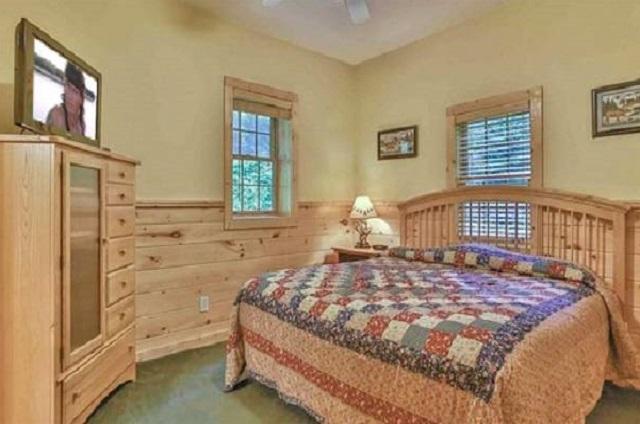 bear falls king bedroom